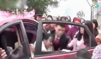 【中英双语】中国新郎因金钱纠纷将新娘拽下婚车